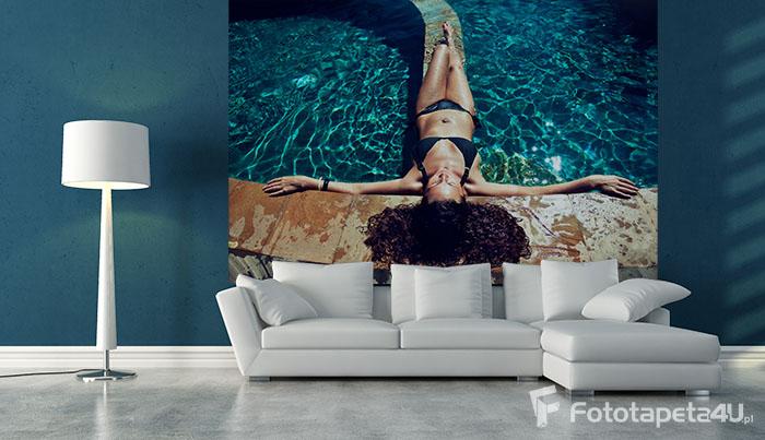 Fototapeta w salonie Dziewczyna nad basenem w błękitnej wodzie